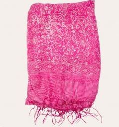 Look great on the beach on your romantic getaway with this pink print sarong!