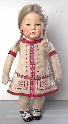 Uraltes-Kleid-aus-sehr-feinem-Stoff-bestickt-gehoerte-einer-breiten-Puppe-1