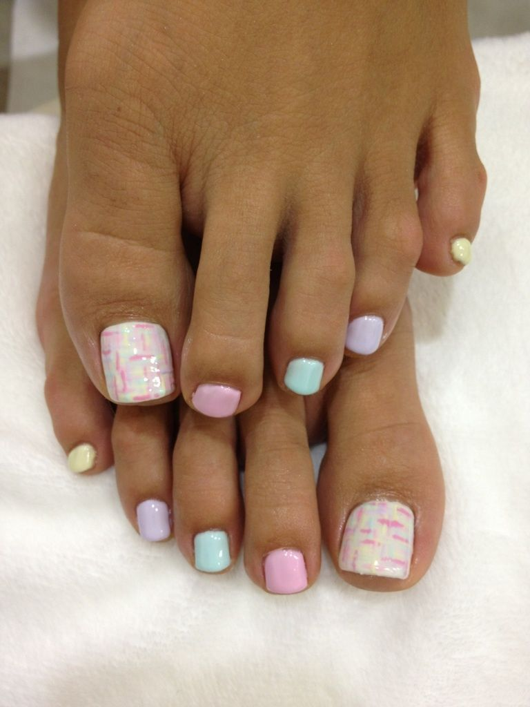 Painted toenails - I like the different colors that all match and ...