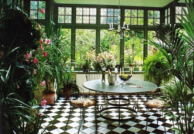 Ein Wunderschöner Grüner Wintergarten   Zimmerpflanzen Und Blumen ... Haus Mit Wintergarten Zimmerpflanzen Als Dekoration Szene Setzen