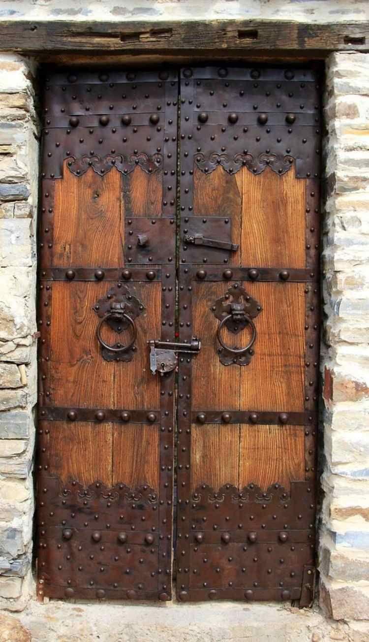 Une Porte D Entree Sur Mesure En 100 Propositions Uniques Qui Vous Couperont Le Souffle Portes Rustiques Vieilles Portes Porte D Entree