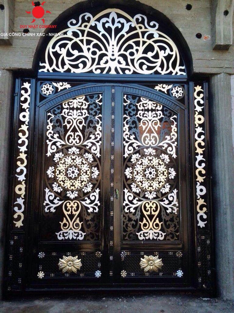 ليس باب لمبنى في أروبا و لكنه باب عمارة لافينواز الذي يقع في القاهرة عند تقاطع شارعي شامبليون و محمود بسيوني و يرجع تاريخ إنشاءه Royal Doors Egypt Egyptian