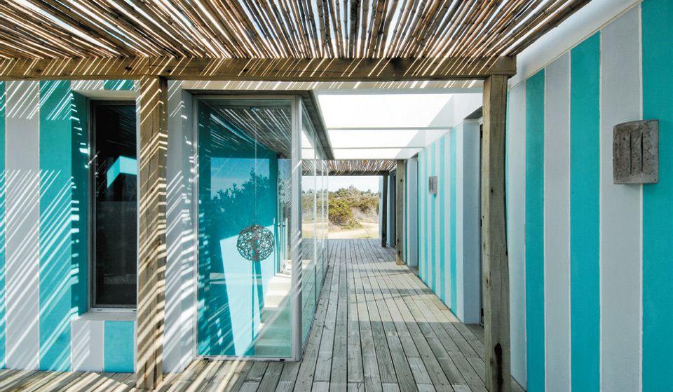 Casa uruguaia com faixas azuis pintadas na fachada