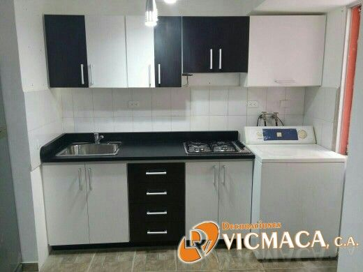 Pequeña cocina con gabinetes y tope en fórmica Blanco, Wenge y Negro ...