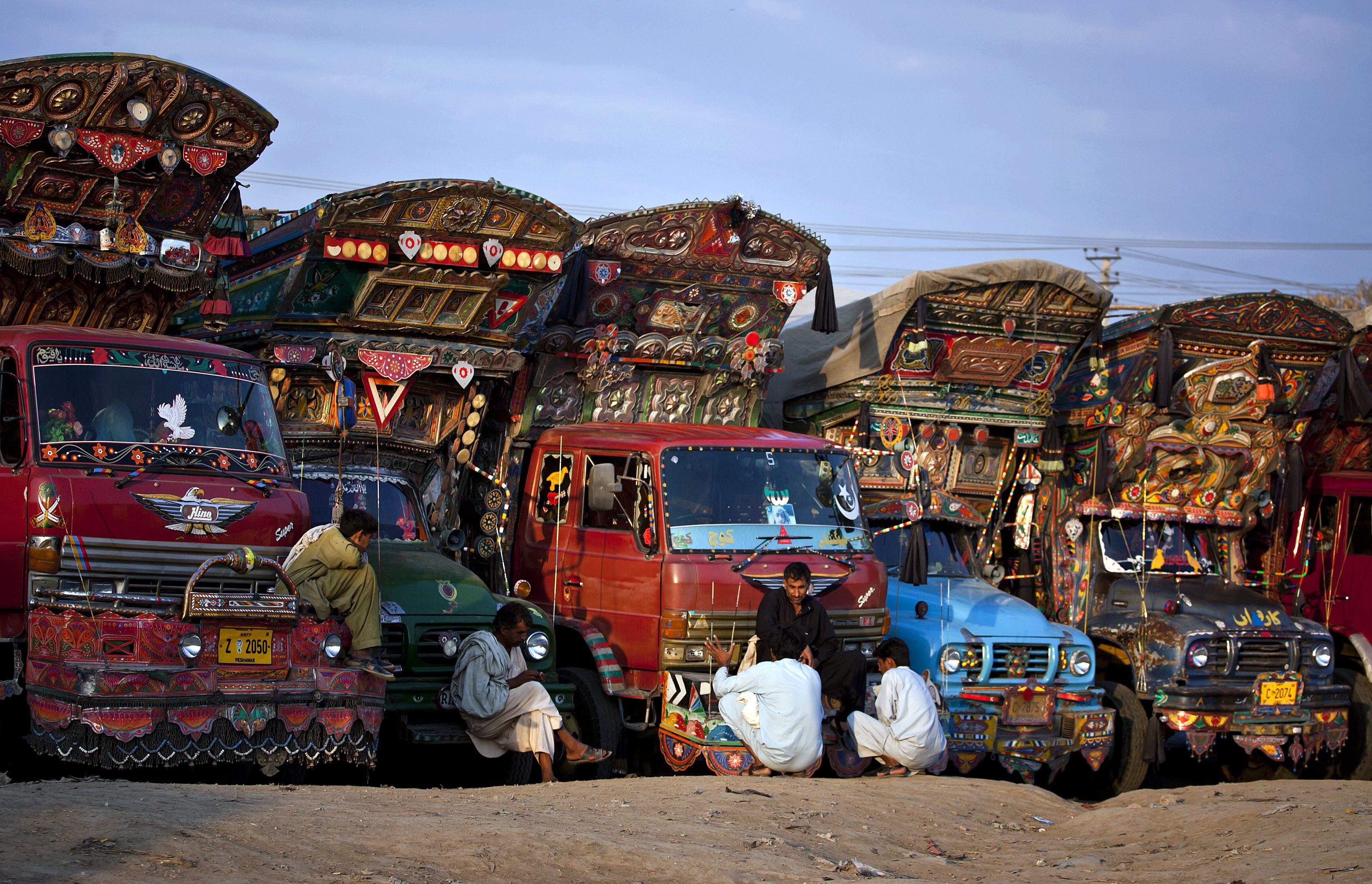 Los conductores de camiones paquistan es hablan durante su tiempo libre en una terminal en las - Tiempo en pakistan ...