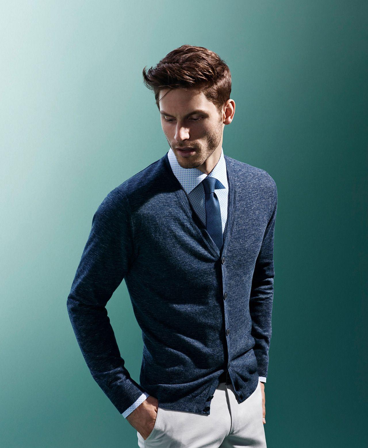 Klassische Kombinationen in blau und weiß sind auch 2016 im Trend, auch mit leichtem, horchwertigen Cardigan als legerer Alternative zum Sakko. | Olymp