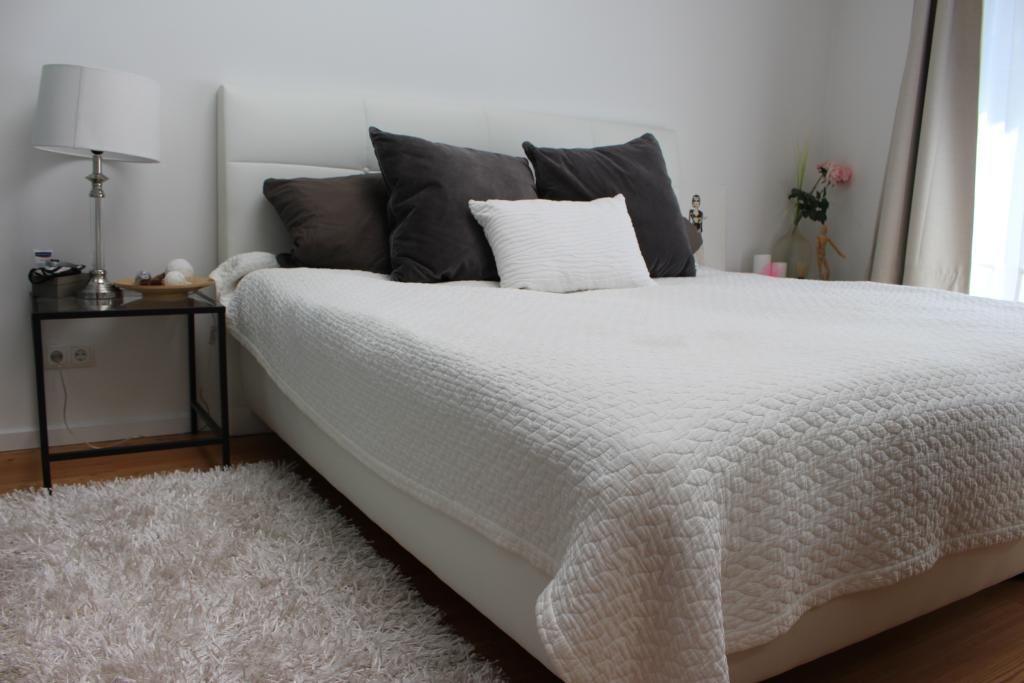 Ein tolles Schlazimmer! Die Einrichtung ist hell und gemütlich und - schlafzimmer einrichtung nachttischlampe
