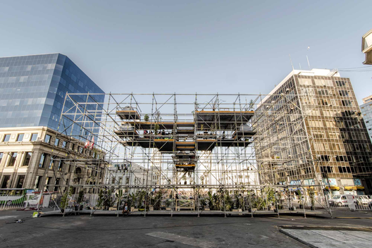 Pabellón FAV 2014, Valparaíso, Chile. Realizado por República portátil. Durante el día es una plaza lúdica con 200 árboles, plantas y arbustos altos, donde la gente lo puede recorrer, se puede reunir, jugar y sumergirse en un sutil ambiente sonoro. http://www.plataformaarquitectura.cl