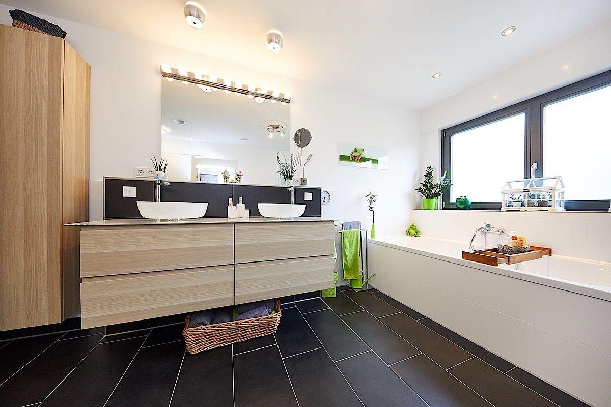 Modernes Badezimmer Mit Dunklen Fliesen Doppel Waschtisch Mit Unterschrank Badewanne Vor Dem Fenster Bad Ideen Interi Fertighauser Unterschrank Badezimmer