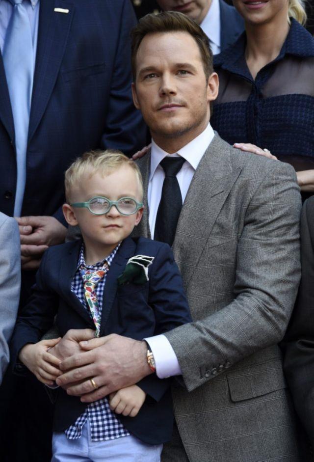 इस तस्वीर के क्रिस प्रैट अपने बेटे को दिखा रहा है कैसे ड्रेस अप करने के लिए हो जाता है सब ...