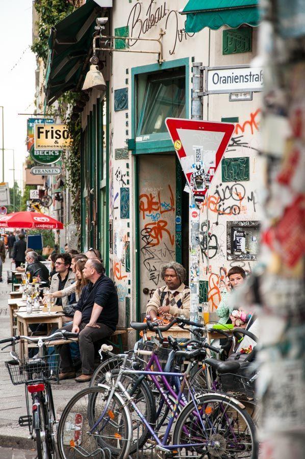 In Der Oranienstrasse In Berlin Kreuzberg Gibt Es Viele Bars Und Cafes Zum Gemutlichen Beisammensein Oranienstrasse In 2020 Berlin Travel Berlin City Night Life