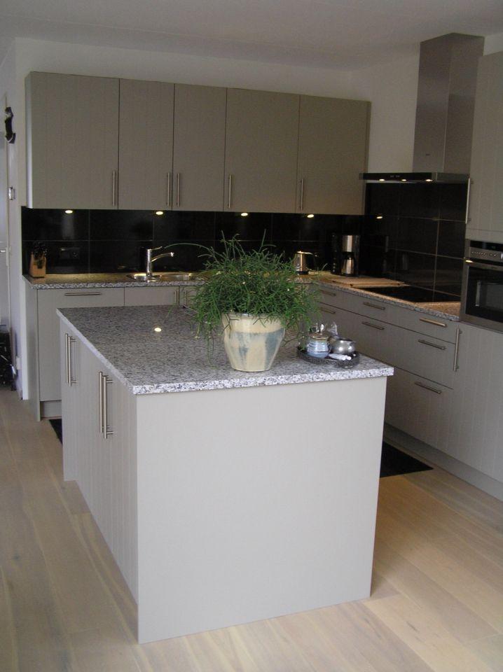 H cker systemat gelakte keuken met granieten werkblad en for Neff apparatuur