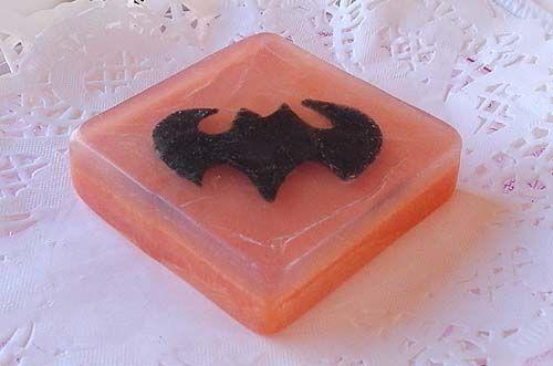 #Jabón #aromático #artesanal #Batman para #caballeros. Fragancias Mediterráneas, Brisa Marina y Lavanda - Superficie texturada. Precio:8 euros - Medidas: 8x8 cm. - Jabones artesanales, Jabones decorativos, Jabones aromáticos
