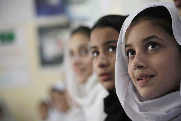 Pakistanilaistytöt koulussa.---yttöjen päivänä 11.lokakuuta YK kannustaa ideoimaan keinoja, joilla voidaan parantaa tyttöjen asemaa.