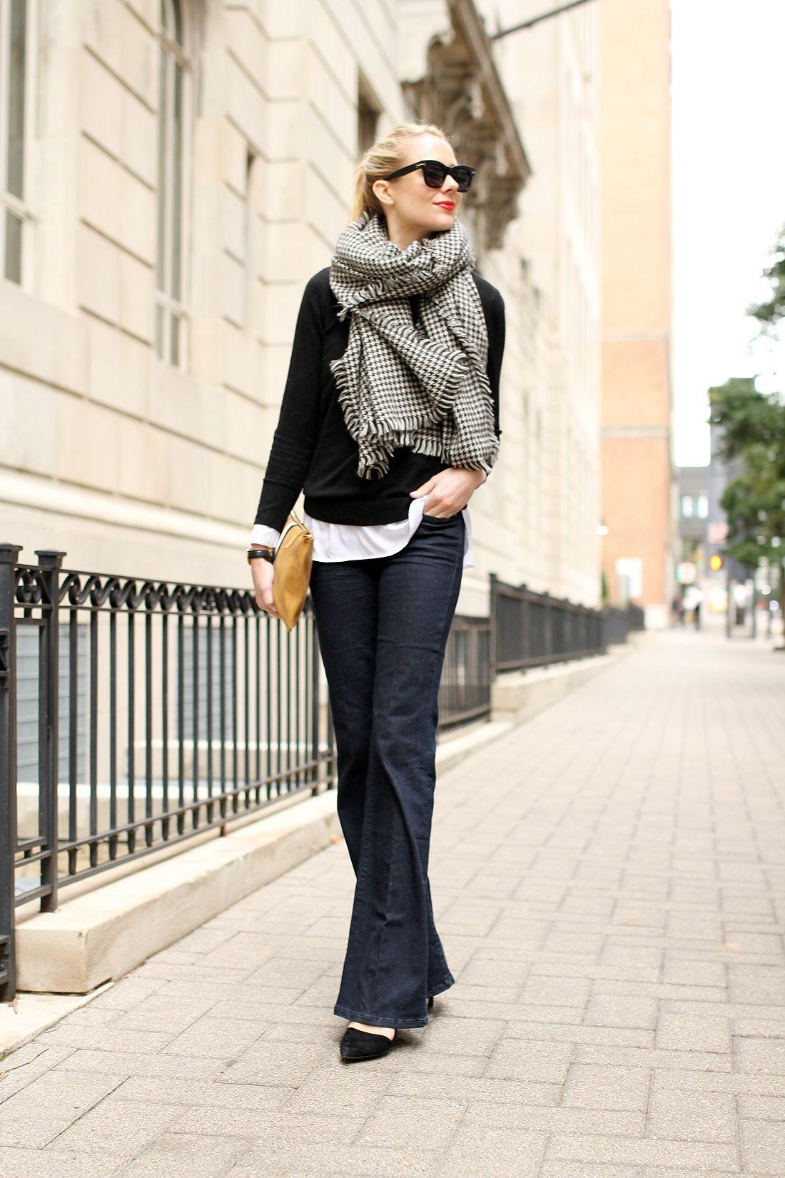 coperta sciarpa, maglia nera, camicia bianca, jeans svasati, tacchi neri, viandanti, claire vivier clutc...