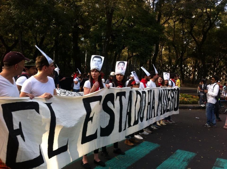 """""""El Estado ha muerto"""", se lee en una manta de estudiantes http://rev30.com/1pn5kgZ"""