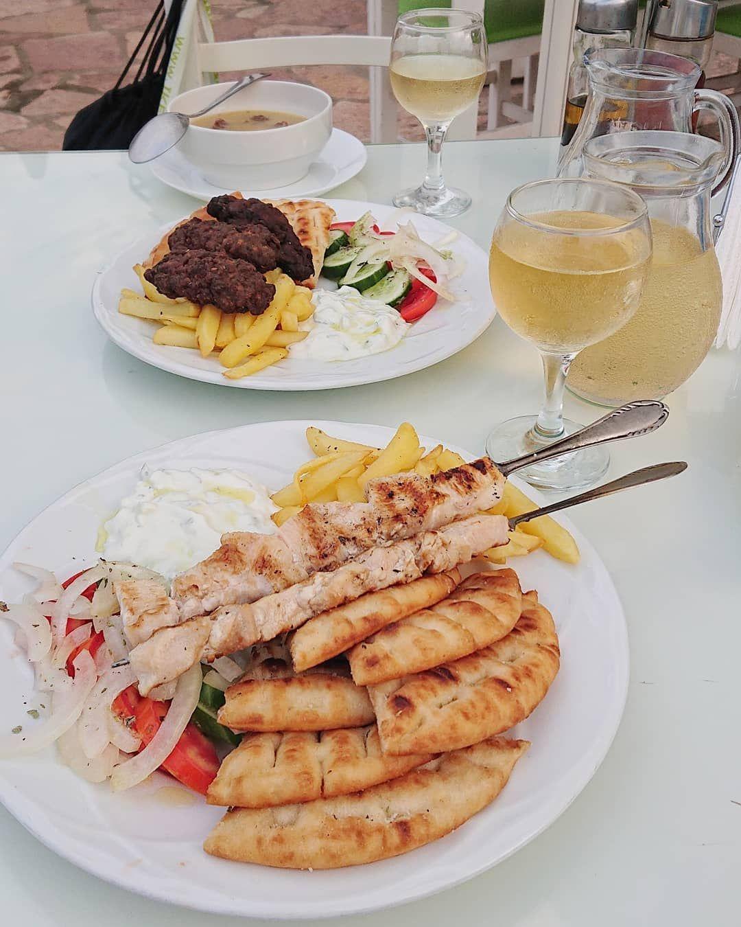 Jedzenie w Albanii 🇦🇱 jest pyszne! Oczywiście niektóre potrawy smakowały nam mniej (lub wcale jak np jagnięcina) ale generalnie jest pysznie #foodporn #obiad #ksamil #albania #zmoimikierpami #dziewczynykfs #kobiecafotoszkoła #food #foodphotography #lunch #zprzyjaciółmi