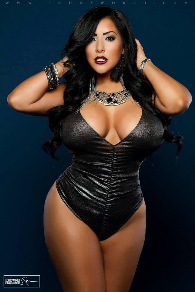 Waluscha de sousa shows her sexy curves