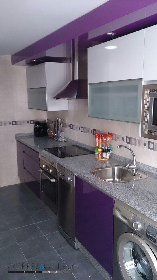 Cocina de formica combinada en color berenjena y gris for Puertas de cocina formica