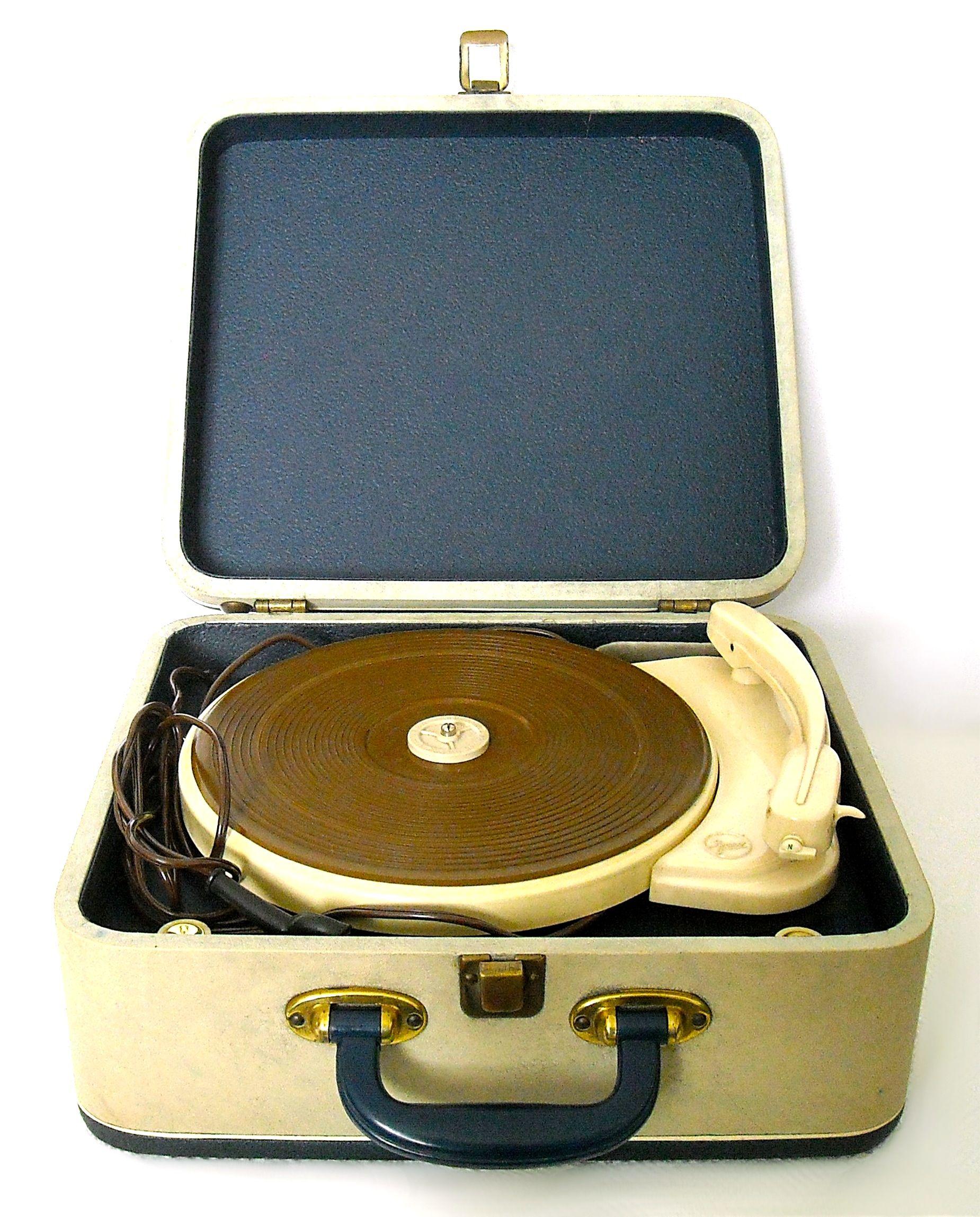 Fonovaligia a valvole Faro - anni '60. Riproduce dischi a 78, 45 e 33 giri. Dimensioni: 15 cm. di altezza, 36 cm. di larghezza e 32 cm. di profondità.
