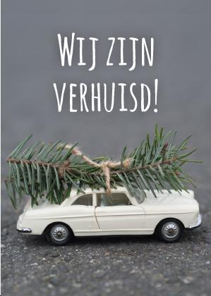 Op Deze Kerstverhuiskaart Is Een Witte Miniatuur Oldtimer Te Zien
