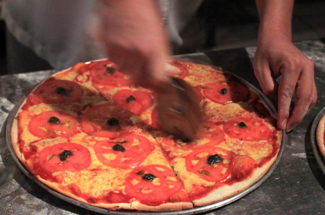 victorias cutting pizza   - Costa Rica
