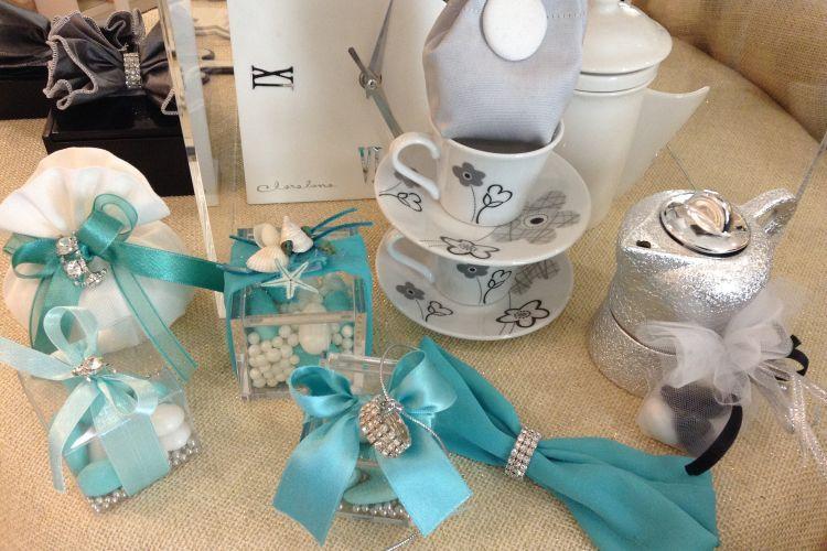 Decorazioni Matrimonio Azzurro : Scatole porta confetti con nastro azzurro e decorazioni