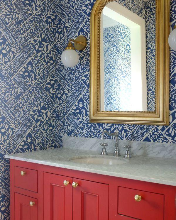 "Wallpaper ""Loggia"" in Navy on White in 2020 Bathroom"