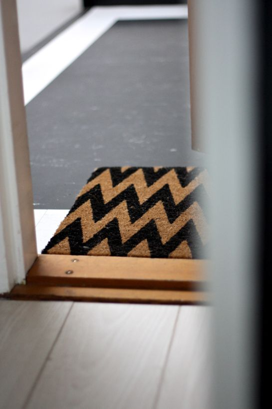 homevialaura | zig zag doormat | white floor