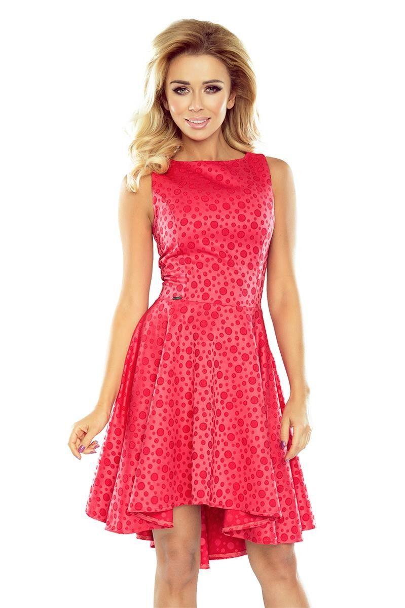 5284f748df Śliczna rozkloszowana sukienka a dłuższym tyłem i krótszym przodem.  Wykonana z wysokiej jakości materiału - czerwony żakard w kółeczka.