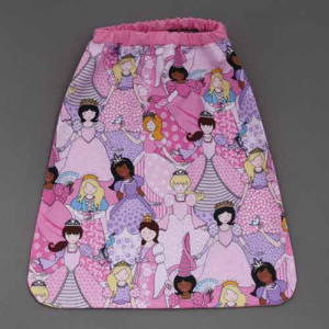 Serviette de table élastiquée Belles princesses Lilooka.  L'enfant met et retire seul cette serviette cou élastique à la cantine et à la maison. Lavable, 100% coton. Motifs : princesses. Serviette astucieuse et confortable pour petits et grands qui ne veulent plus de bavoir. Création Lilooka.  http://www.lilooka.com/fr/accessoires-enfants-table-serviettes/862-serviette-de-table-elastiquee-belles-princesses-lilooka.html