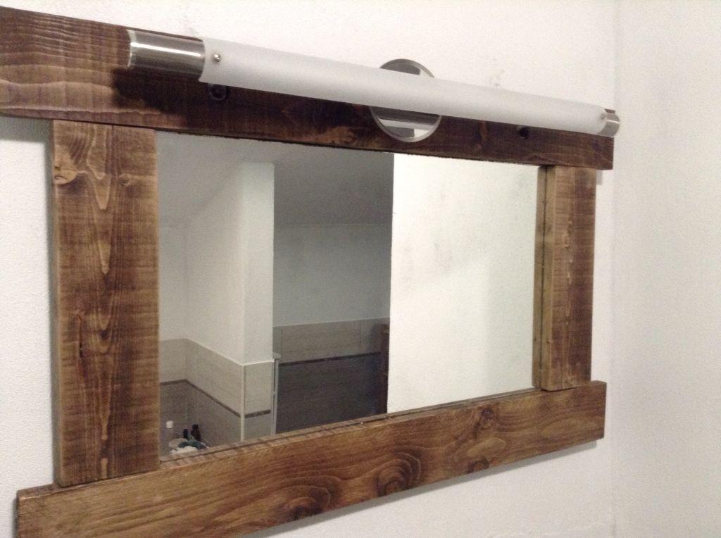Assi Di Legno Grezze : Specchio liscio incorniciato con assi di legno grezze impregnate