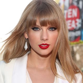 Taylor Swift. She looks so mature and businesslike in this photo!! ;(  LUV u Taylor!