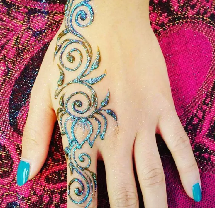 How Gorgeous Are The Aqua Colors In This Glitter Henna Hand Tattoo Glitter Henna Henna Tattoo Diy Mehndi Designs