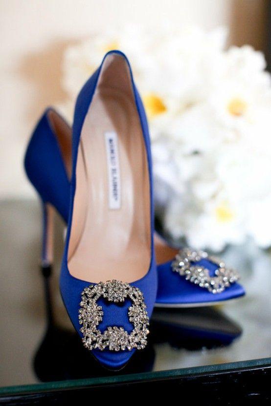 0fd0fc7d306 escarpins de soirée en satin bleu Manolo Blahnik