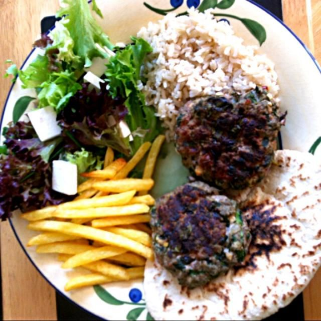 My favourite homemade spinach and feta burgers served with a feta and mixed leaf salad with lemon juice dressing, pita bread, brown rice and French fries. Add sweet chilli sauce for extra flavour! - 9件のもぐもぐ - Spinach and Feta Burgers by Nicole Avis
