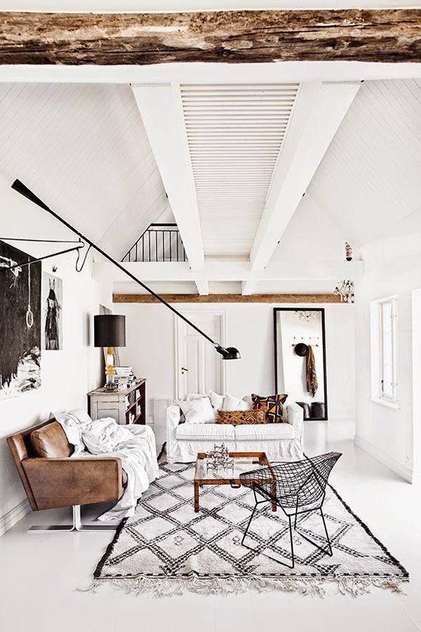 super interieur fantastische lamp houten balken en licht kleuren leren bank vloerkleed en stijlvolle accessoires