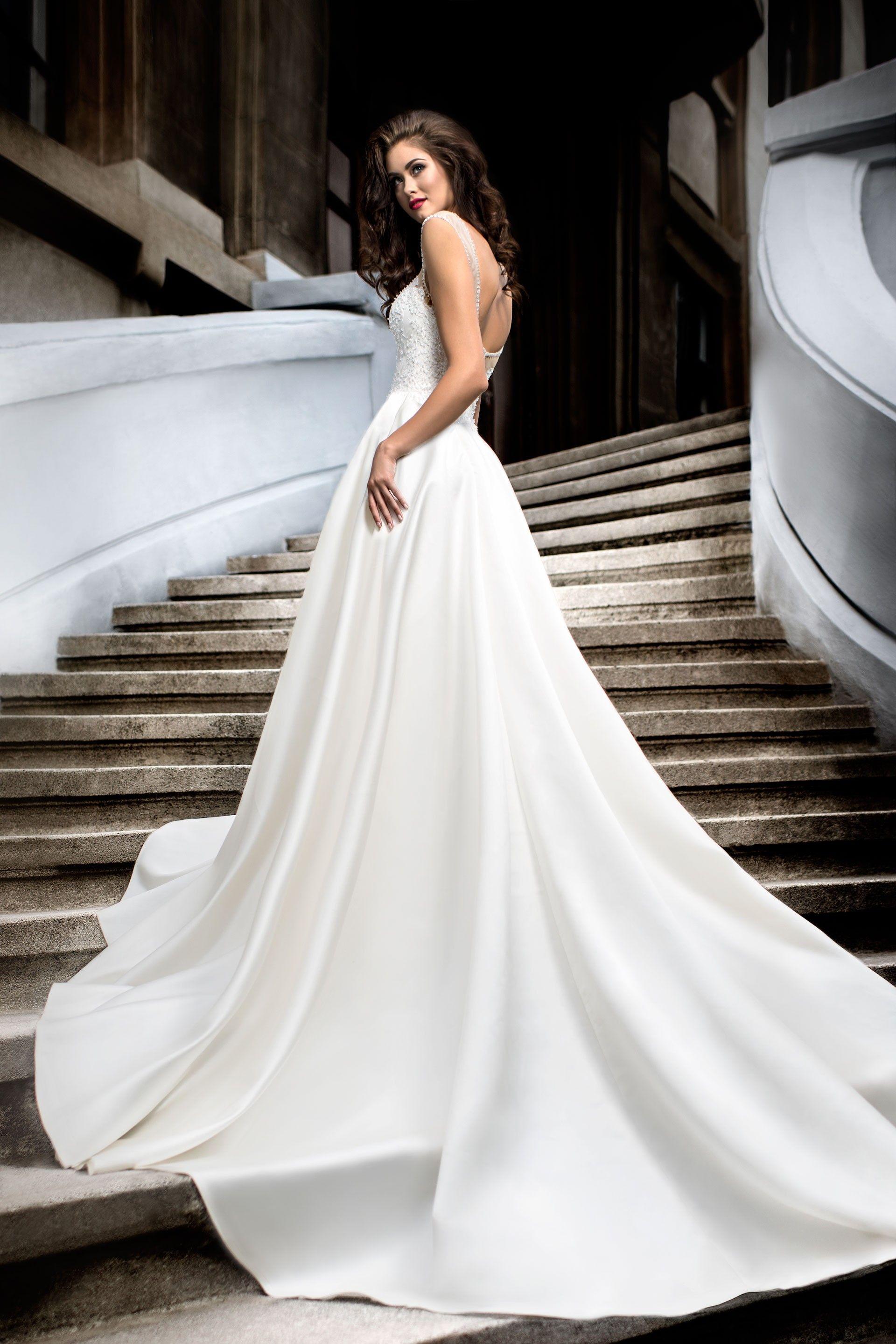 6da7f8be0206 Krásne svadobné šaty s dlhou saténovou sukňou a čipkovaným živôtikom ...