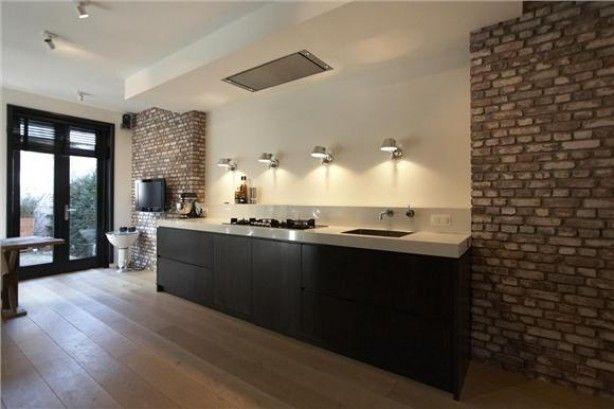 Mooie Eclectische Woonkeuken : Mooie contrast tussen strakke keuken en stenen muur interieur