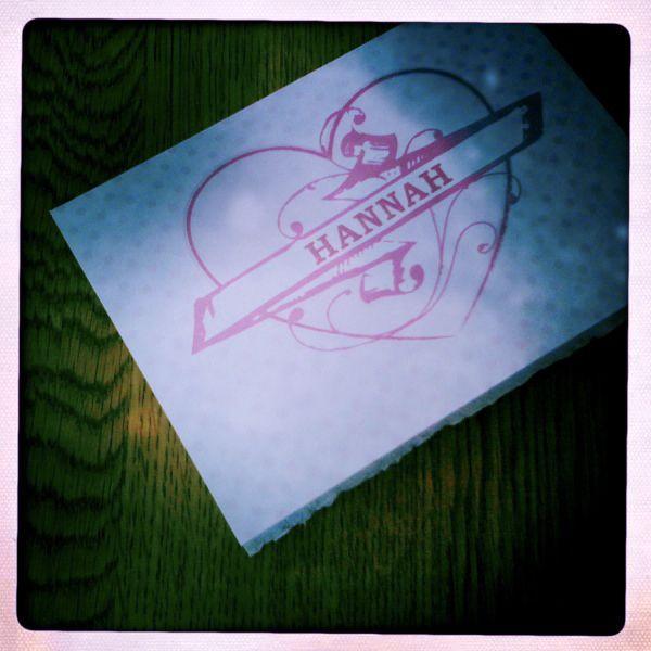 Individualisierte Klappkarte zur Hochzeit. Verschiedene Rosatöne gedruckt auf weißen Karton.