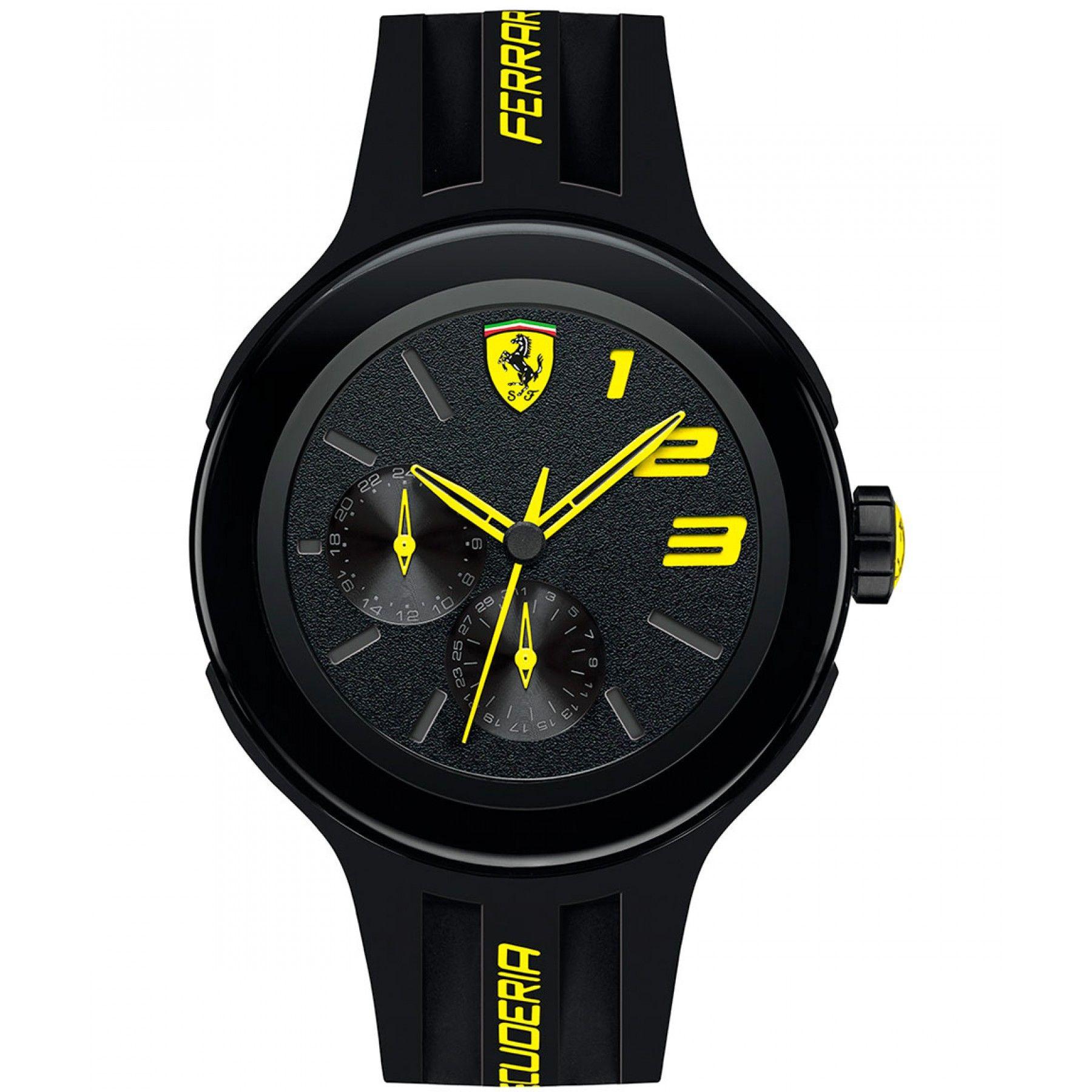 9d19941d5c2a Reloj Ferrari de caja y bisel en acero inoxidable oscuro con extensible de  correa en silicón y nombre de la marca color amarillo  carátula negra con  mini ...