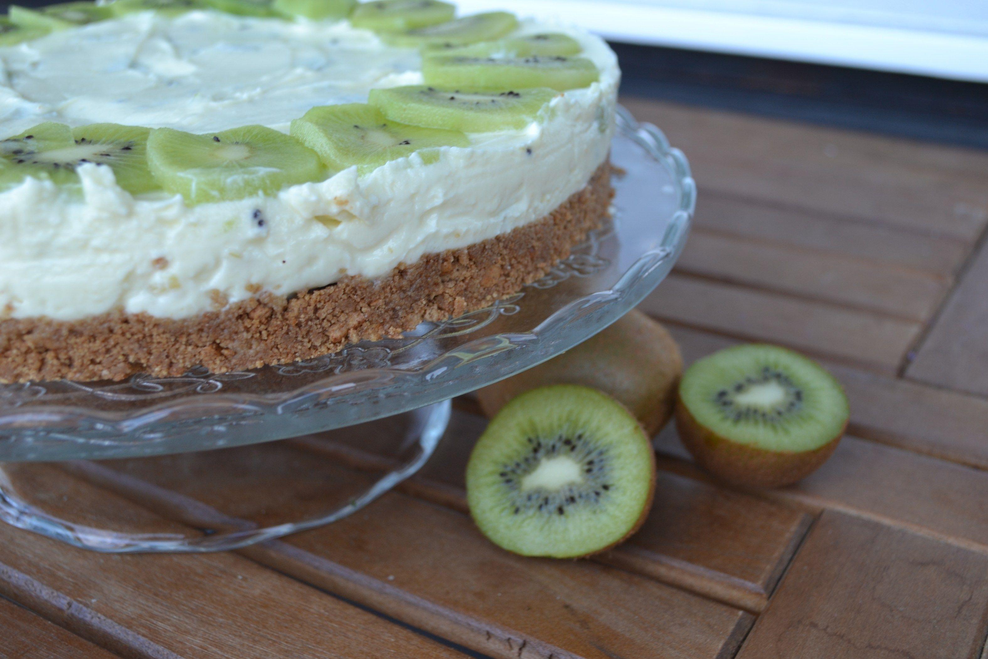 Ein leckeres Rezept für frischen No Bake Käsekuchen mit Kiwis und weißer Schokolade. Das perfekte Sommerrezept mit vielen Variationen.