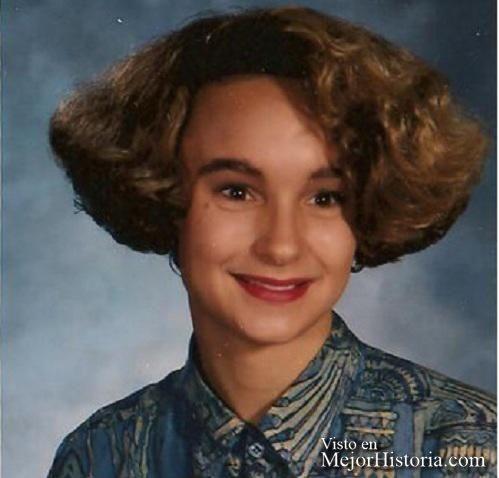 Como sé que os encantan las listas, hoy he recordado que lleva hace tiempo por Internet una recopilación de fotos con los peores peinados y cortes d... Ver mas: http://www.mejorhistoria.com/peores-peinados/