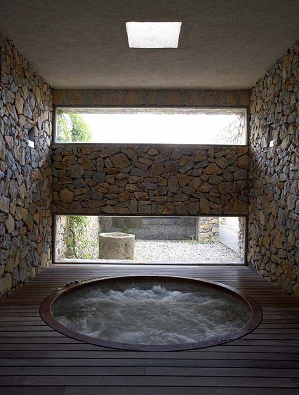 Jacuzzi con paredes de piedra paredes pinterest for Jacuzzi para interior