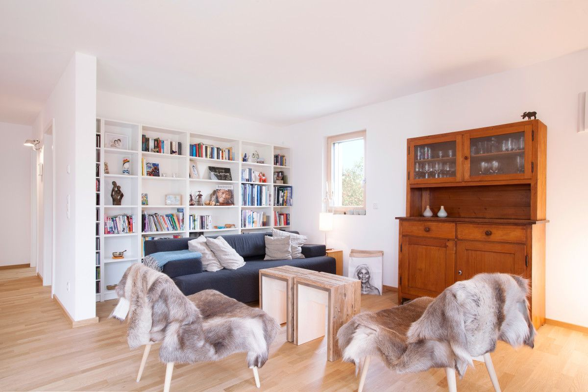 Wohnzimmer Einrichtung modern Holz weiß - Interior Mehrfamilienhaus ...