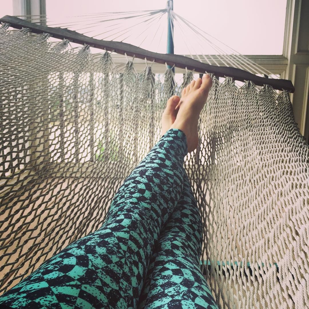 Hammock time in most comfy leggings ever #thisishowiroe #hammocklife #lularoe #NC #spring #purecomfort #lifeisgood by @clkteeny