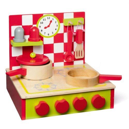 aa85cc2f7bc7ea Une jolie petite cuisinière en bois facile à transporter avec sa petite  poignée. Les nombreux détails et accessoires permettront à tous nos  cuisiniers en ...