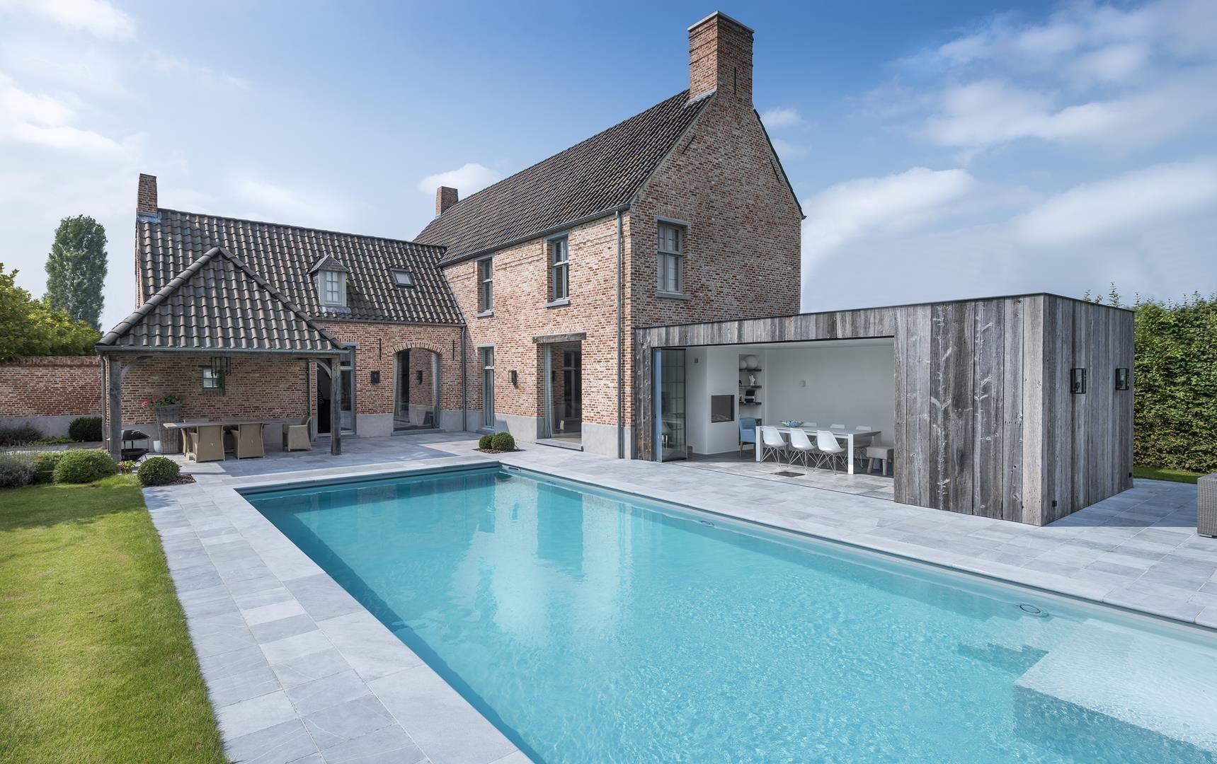 Zwembad in de tuin met poolhouse belgische blauwsteen terras wonen pinterest exterior - Terras teak zwembad ...