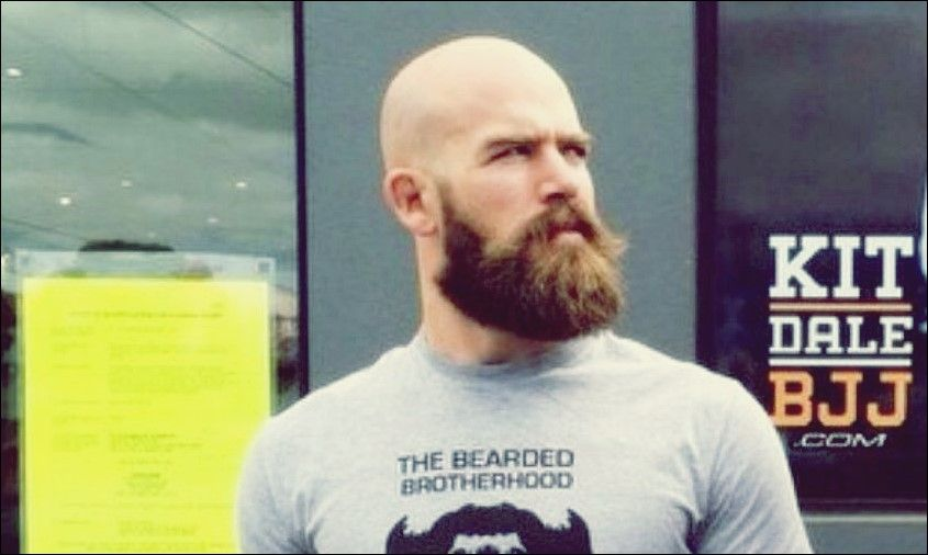 Der kahle Look mit Bart: Wie man ultimative Männlichkeit