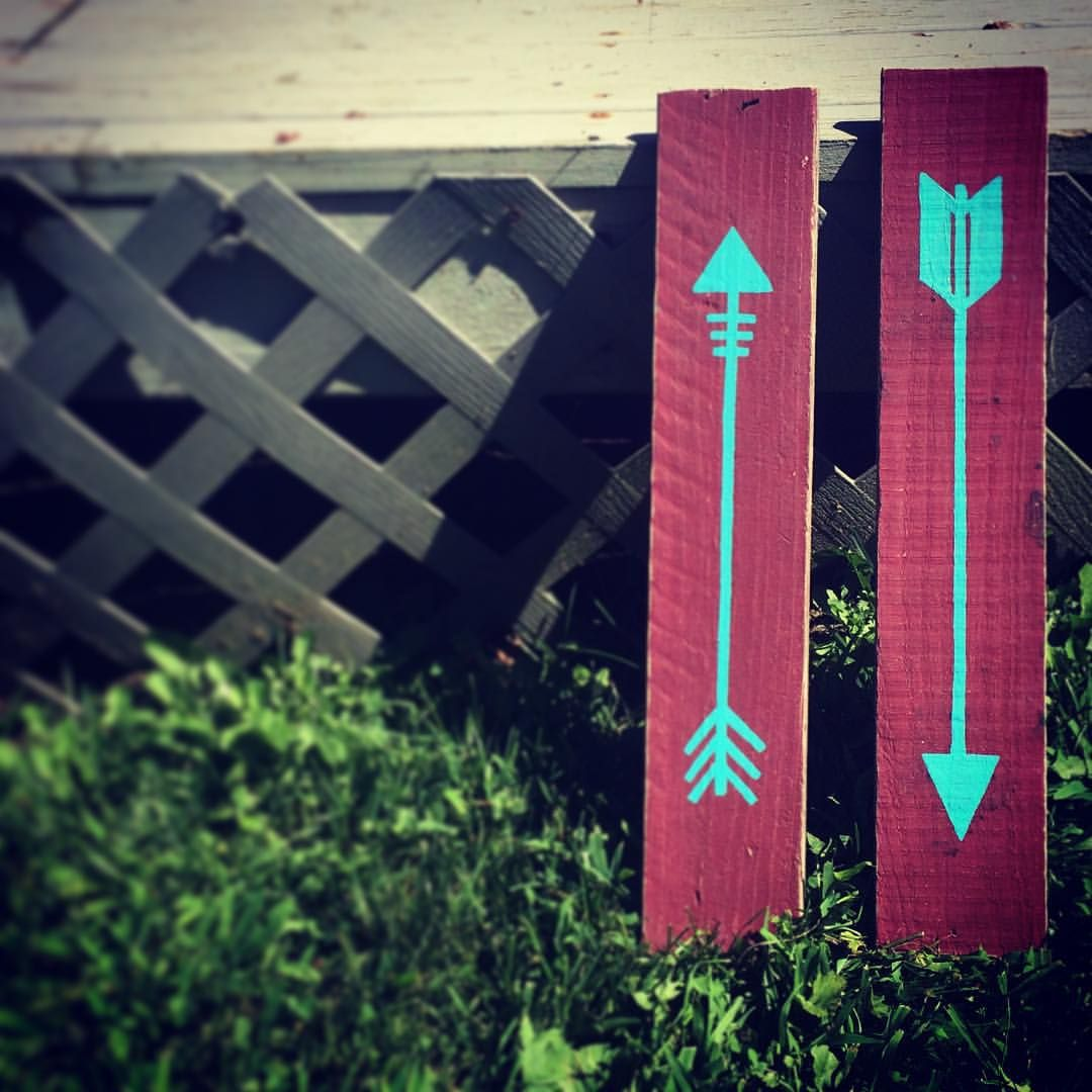 Even thru Paint, the Character of these Reclaimed Wood Planks still Shines ✌️ . . . Several Color Options of my Tribal Inspired Arrows are available on the Etsy Site. All Hand Painted and secured with a wall mount for Wall Art Display! ✌️